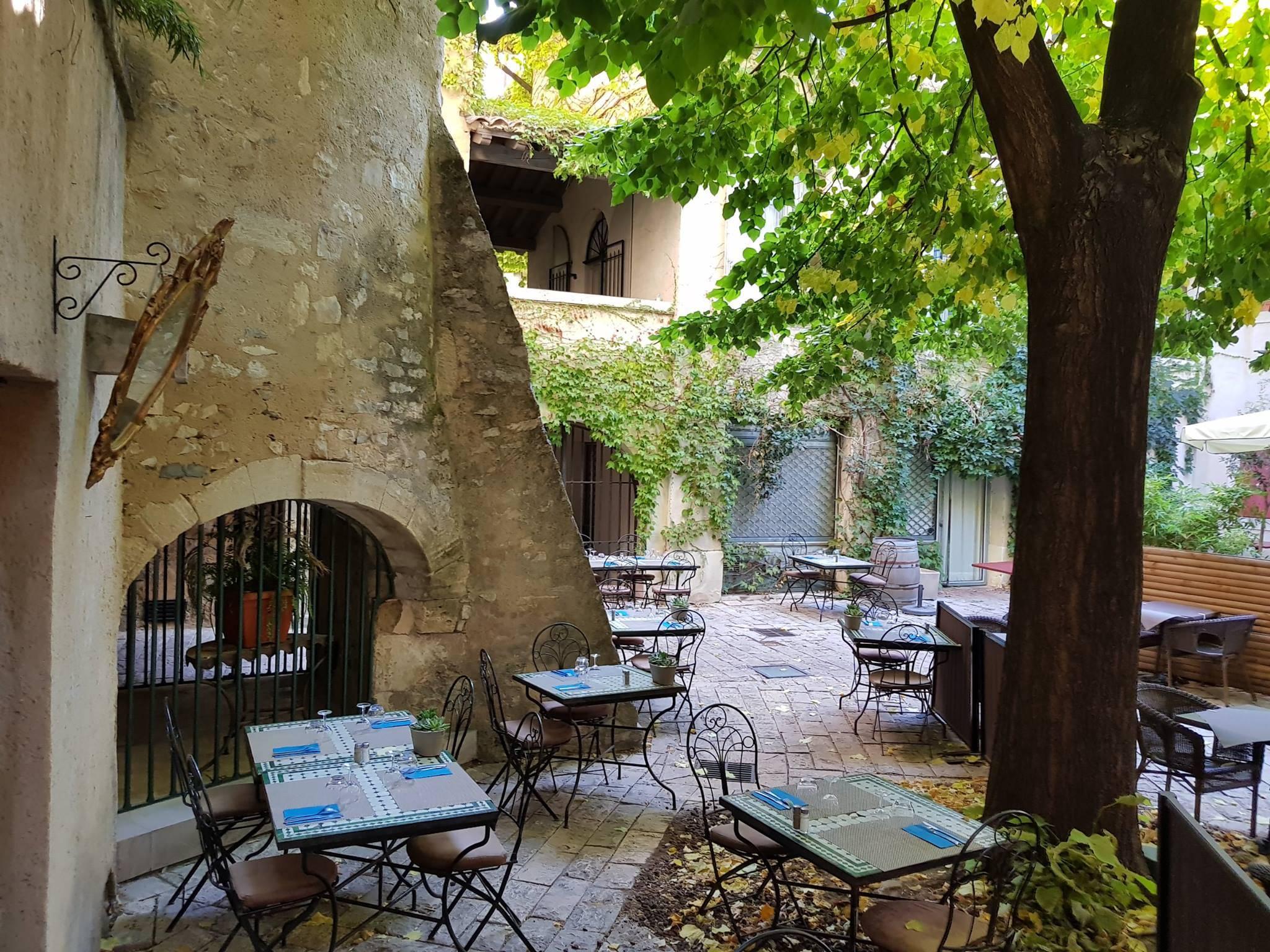 Réservez en ligne : Le Jardin de bohème Restaurant à NIMES ...